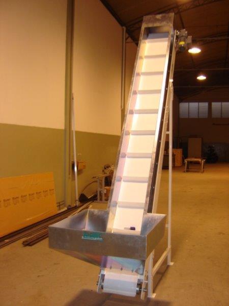 Transportador de correia sanitária com guias para direcionamento